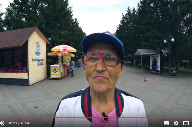 Бабушка развлекалась с молодёжью и обсыпалась разноцветными красками.