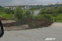 На подъезде к Красавинскому мосту идут работы по укреплению сползающего склона.