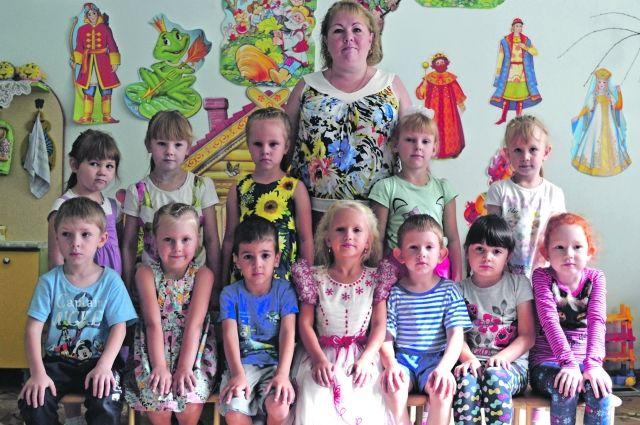 С любимым воспитателем Плотниковой Ниной Владимировной ребята уже готовятся к школе: учат буквы и цифры.