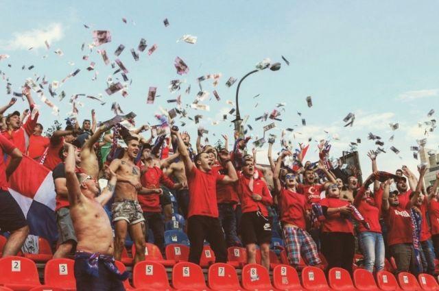 Болельщики «Енисея» забросали стадион «Сибири» деньгами из-за платных билетов для гостей