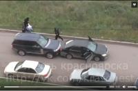 Люди в масках схватили мужчину и посадили в автомобиль.