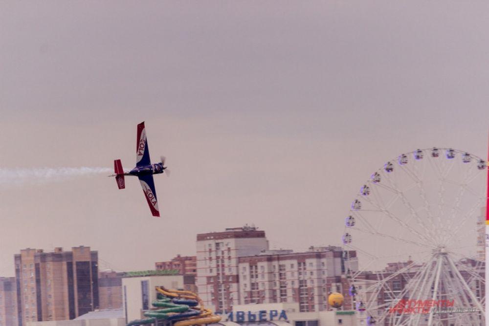 Они перемещаются по низкоуровневому слалому, отмеченному пилонами высотой 25 метров, заполненными воздухом.