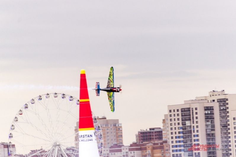 Пилоты, летая на легких самолетах, достигают скорости 370 км/ч и выдерживают сильную перегрузку.