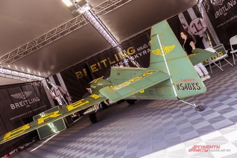 В формате Challenger выступают пилоты, которые набираются опыта и оттачивают навыки, необходимые для выступления в классе Master. Среди них есть и первая женщина-пилот - француженка Мелани Астерс.