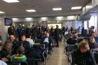 Многие пассажиры вынуждены ждать отложенный вылет в здании аэропорта.