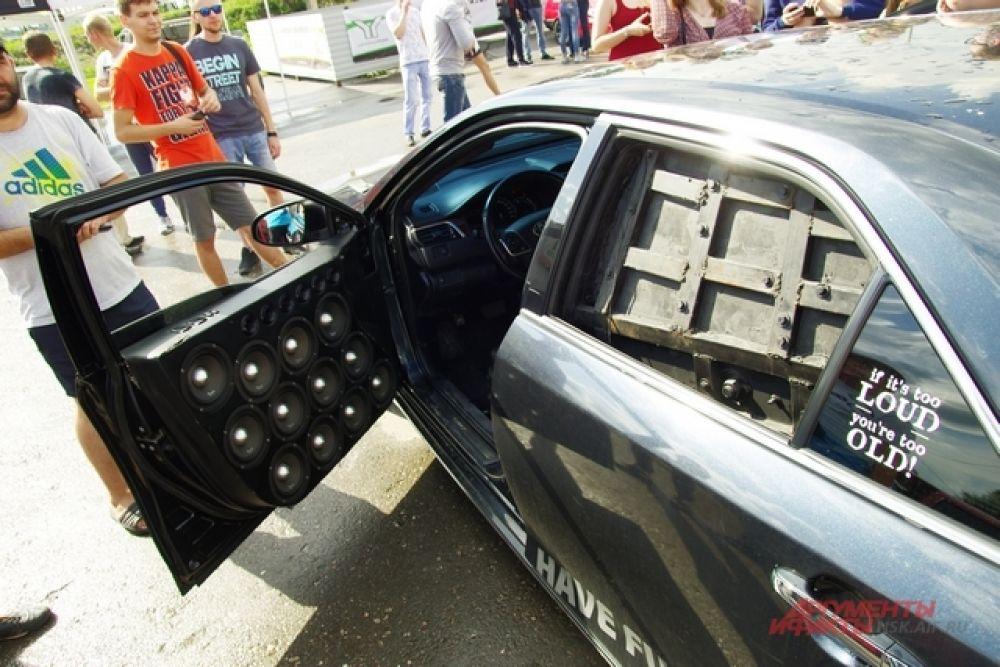 Некоторые машины больше напоминали колонки на колёсах