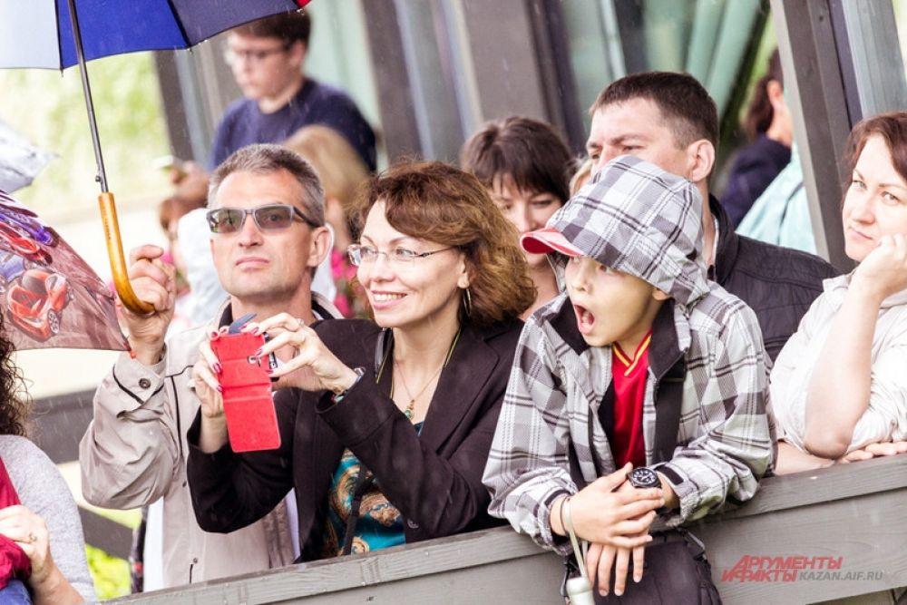 Люди занимали выгодные места, например, на смотровой площадке Кремля.