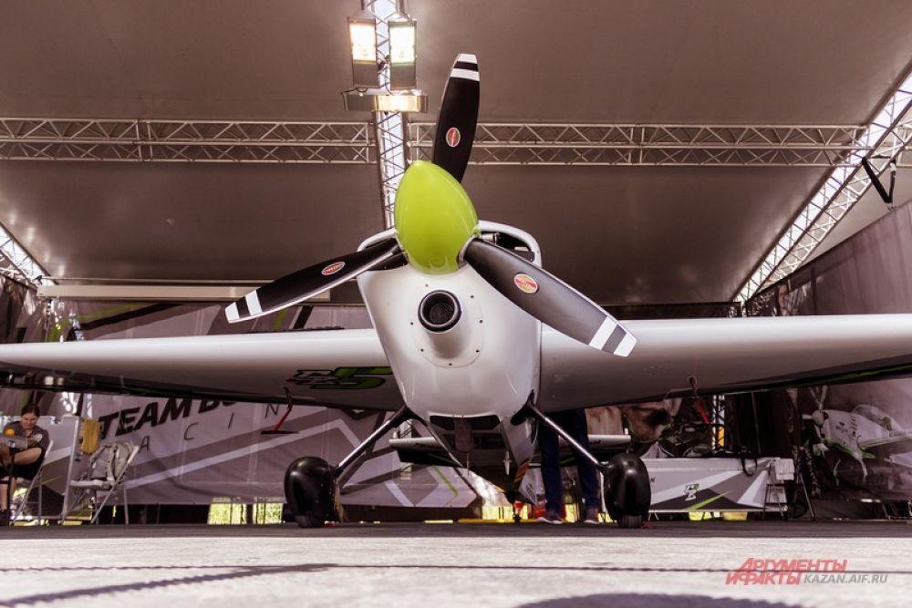 Самый пожилой летчик — американец Кирби Чемблиос (58 лет), двукратный чемпион мира в серии Master.
