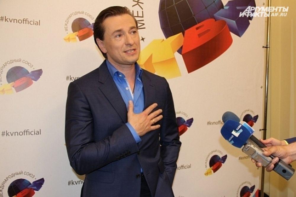 Сергей Безруков первый раз вошел в состав жюри КВН. В течение дня он успел прогуляться по улицам, но зайти в море не рискнул.