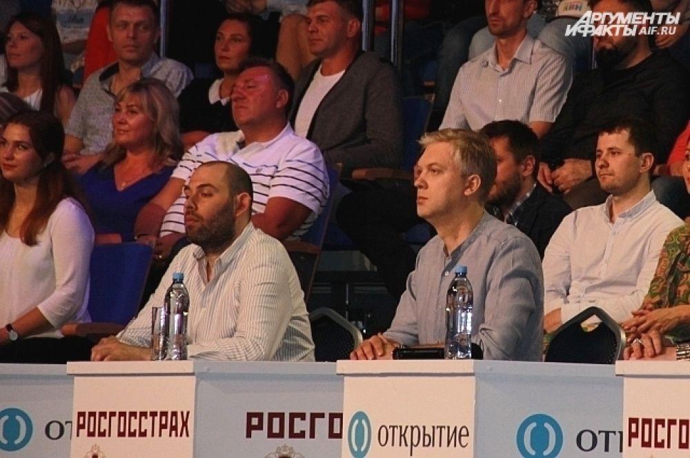 Судя по серьезному лицу Сергея Светлакова, он был не в духе. В отличие от коллег, даже не вышел к журналистам.