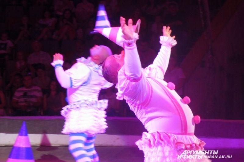 Жонглирование клоунскими шляпами.