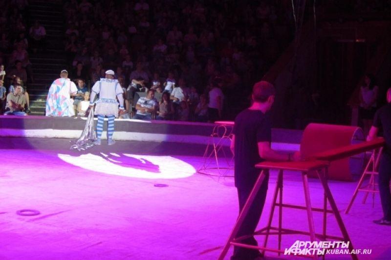 Пока клоуны в свете софитов, в затемненной части арены меняют декорации для следующего аттракциона.