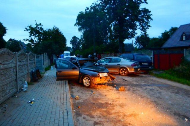 Спасатели помогли двум пострадавшим в ДТП с тремя авто в Черняховске.