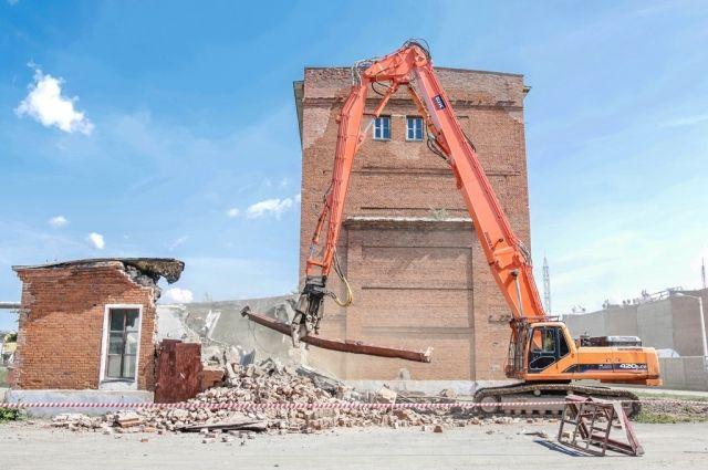 Идет демонтаж корпуса 961 цеха складского хозяйства.