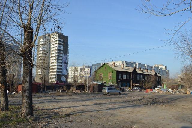 Бульдозеры начали рыть котлован в нескольких десятках сантиметров от соседней квартиры.