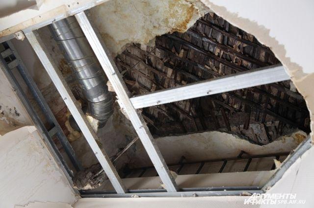 ВНовосибирске втуалете надевушку обвалился потолок