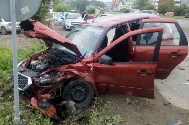ВКемерове шофёр Тоёта выжил после жуткого ДТП состолбом
