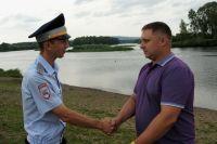 В Кузбассе два сотрудника ГИБДД вытащили из воды тонущего ребенка.