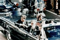 Джон Кеннеди со своей женой в лимузине за несколько минут до обстрела.