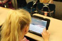 Родителям стоит контролировать, с кем общаются дети в Интернете.