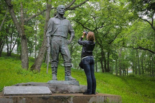 Памятник Михаилу Янковскому снимают тысячи туристов, приезжающих на рыбалку и отдых.