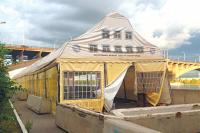 Палатки с пенным напитком расположились в центре города.