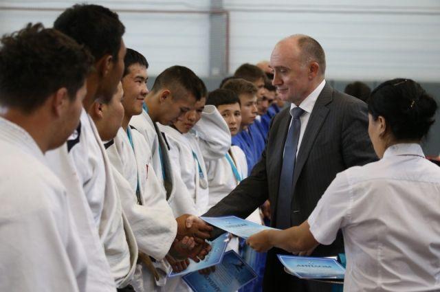 Борис Дубровский лично поздравил победителей товарищеского матча челябинских и киргизских спортсменов по дзюдо: «Пусть дух соперничества станет основой крепкой дружбы. Этот дух много кого вывел в люди».