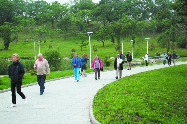 Туристы из Франции с удовольствием сами гуляют по Владивостоку.