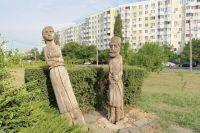 Парк «Дружба» на бульваре Комарова встречает гостей двумя деревянными фигурами, одна из которых завалилась на бок.