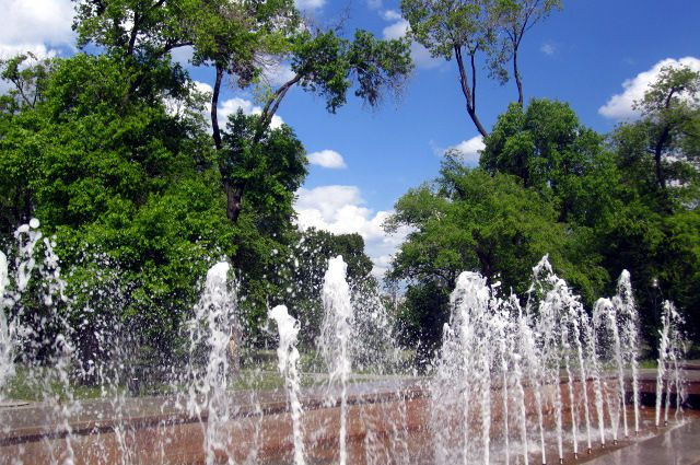 Полуобнаженные тюменцы купаются в фонтанах