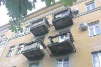 Балконы на Фридриха Энгельса, 20 давно пугают прохожих.