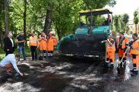 На улице Маланова работы приостановлены из-за нарушения технологии укладки асфальта.