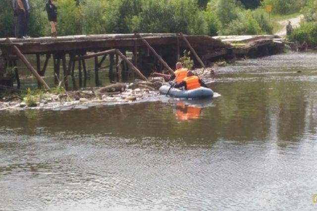 Спасатели извлекли тело мужчины из воды.
