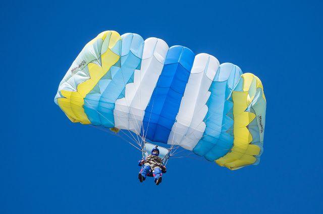 Прыжок с парашютом в среднем длится одну - две минуты.