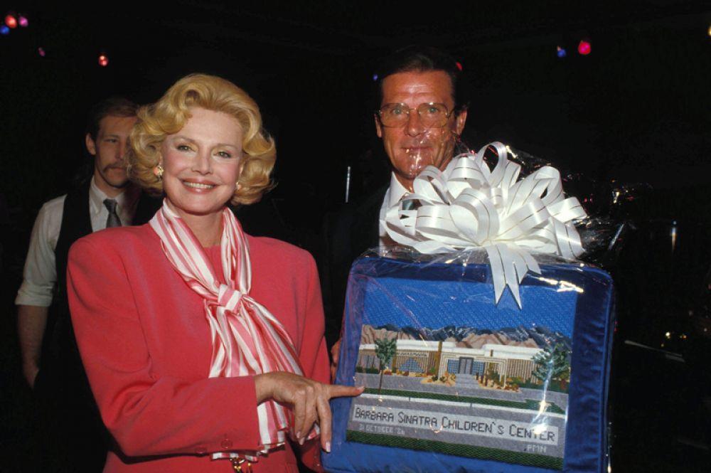Барбара Синатра и актёр Роджер Мур, 1987 год.