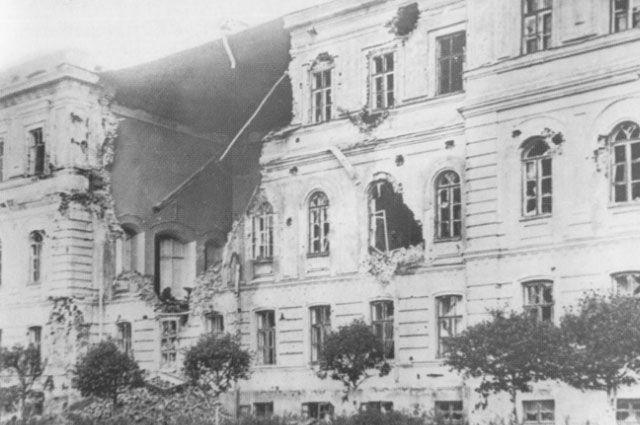 Здание Ярославской духовной семинарии, разрушенное в июле 1918 года.