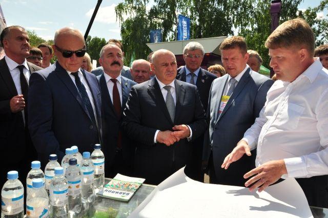 Виктор Назаров и Джамбулат Хатуов обошли всю выставку, пообщались с местными производителями и гостями из других регионов.