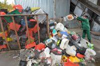 Рабочий сортирует отходы из твердого пластика для последующей отправки на переработку.