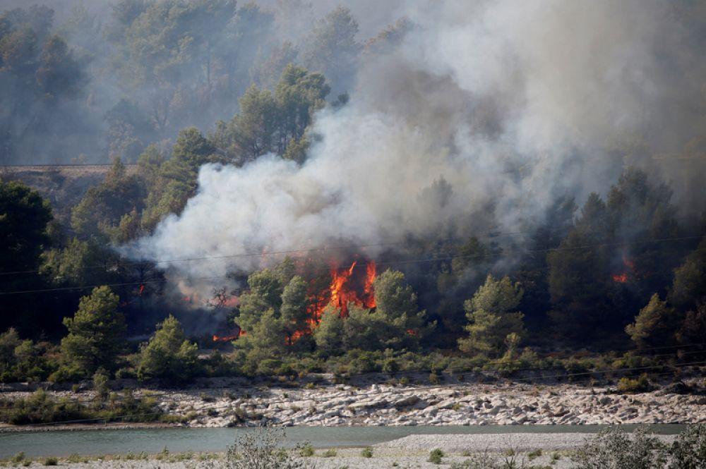 Лесные пожары в коммуне Пероль, Франция.