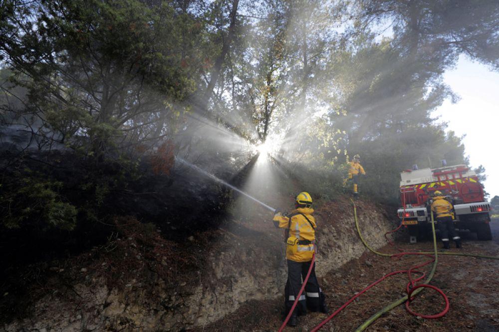 Борьба с лесными пожарами в Карро, Франция.
