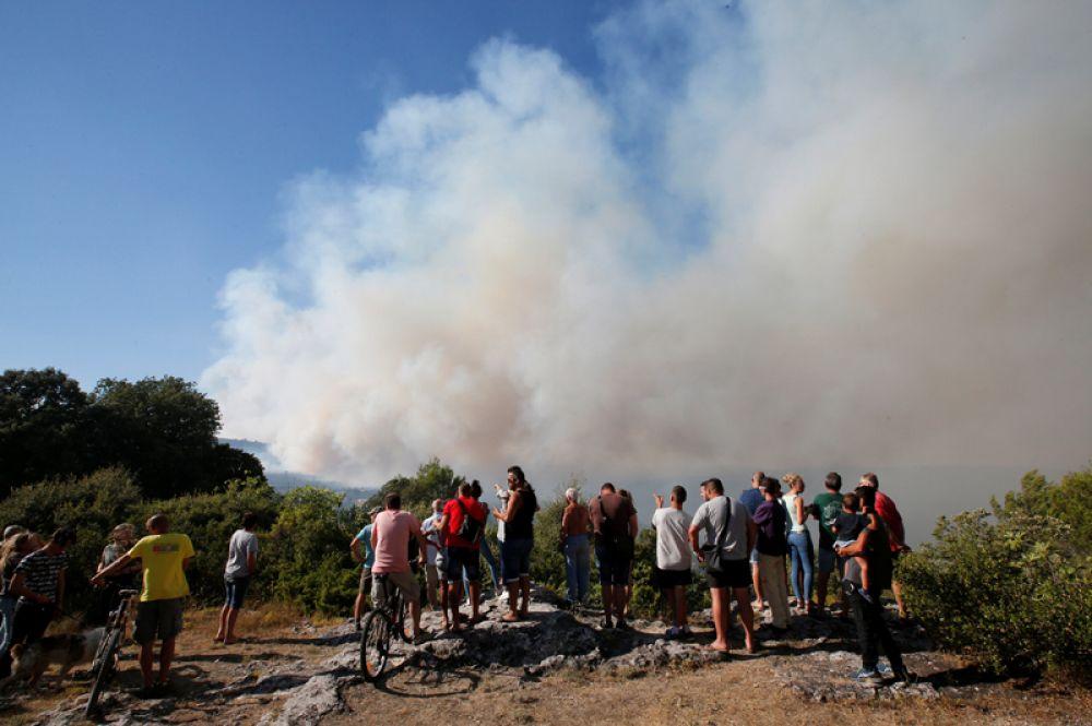 Дым от лесных пожаров возле Сейона в департаменте Вар, Франция.