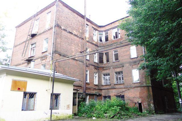 Пока ищут арендаторов, здание растаскивают по частям.