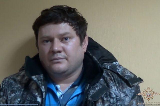 На допросе мужчина рассказал, что снимал деньги с карт через Интернет.