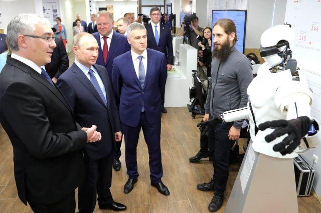 Владимиру Путину показали робота в IT-парке ПетрГУ