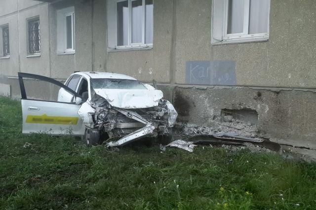Передняя часть автомобиля оказалась полностью разбита.