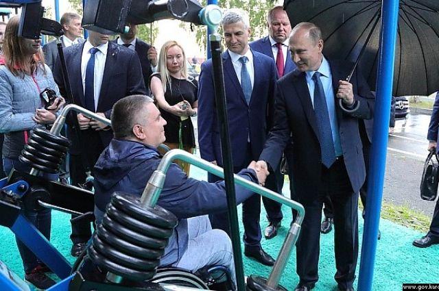 Владимир Путин под зонтиком прогулялся понабережной Петрозаводска