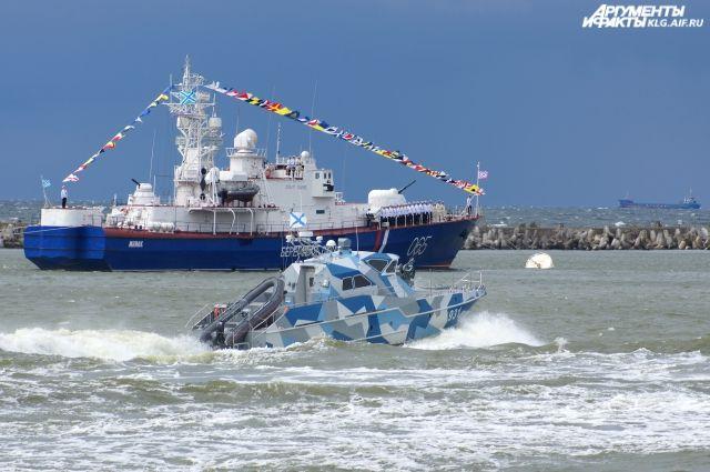 Путин принял главный военно-морской парад вПетербурге