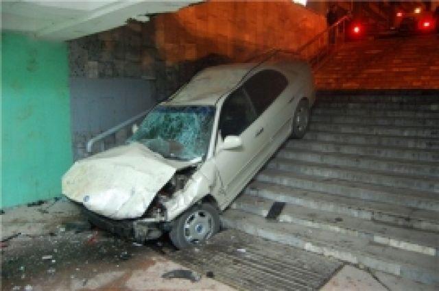 В Оренбурге автомобиль «ВАЗ» слетел в подземный переход, есть пострадавшие.