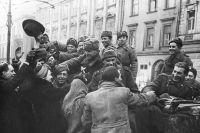 Жители освобожденного Кракова приветствуют бойцов Советской Армии.