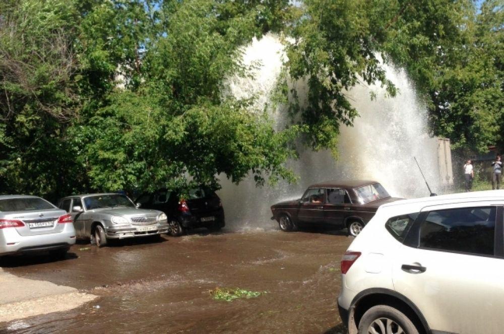 «Гейзер» с горячей водой и высотой в два-три этажа образовался 20 июля на улице 2-я Лукина в Московском районе Твери, где проводятся сезонные гидравлические испытания.